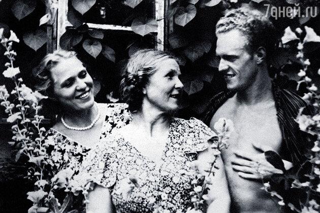 Римма и Леонид Марковы с матерью