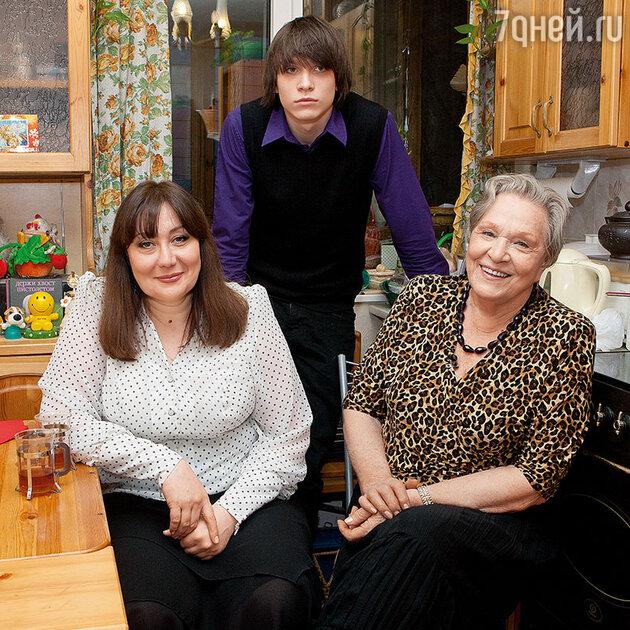Римма Маркова с дочерью и внуком
