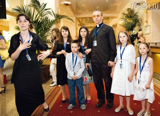 Иван Охлобыстин с женой Оксаной и дочерьми Анфисой, Евдокией, Варварой, Иоанной и сыном Василием