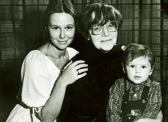 Бабушка в детстве заменила мне и маму, и папу, которые были весьма востребованными актерами. (Зоечка с бабушкой Ольгой Сергеевной и мамой Евгенией Симоновой)