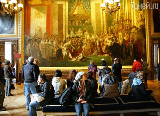 Картина Давида «Коронация Наполеона», «сестра» которой висит в Лувре, притягивает внимание посетителей. Отличаются «родственницы» лишь тем, что платье сестры Наполеона Полин в Версале розовое, а в Лувре — белое
