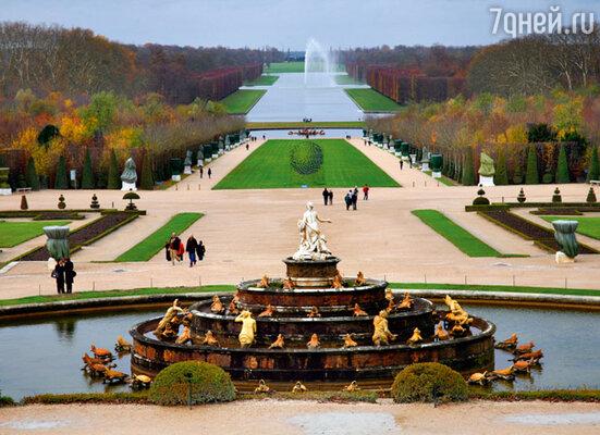 Замок стоит на самой высокой точке в округе, а череда фонтанов и бассейнов придает Версалю еще большее величие. Так задумал когда-то «король-солнце»