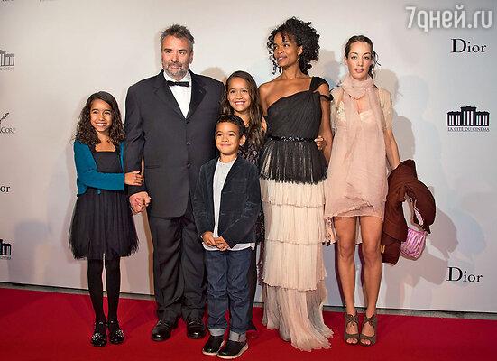Люк Бессон с Виржини и дочерьми Сатин, Талией, сыном Мао идочерью Жюльетт (отбрака с Анн Парийо). 2012 г.