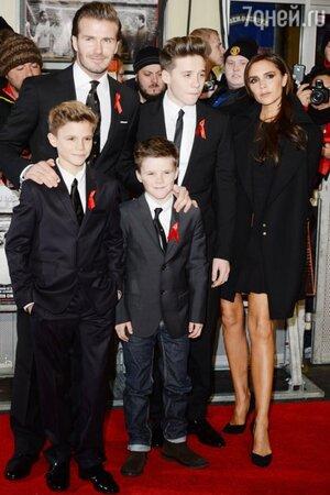 Дэвид и Виктория Бекхэм с сыновьями на премьере документального фильма о 6-ти легендарных игроках «Манчестера»