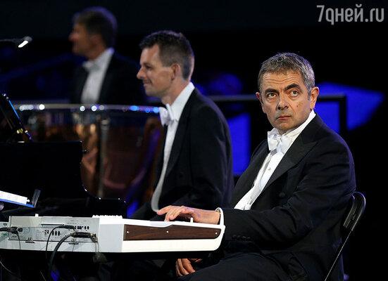 Во время смены декораций эстафету праздника принял комик Роуэн Аткинсон, который внезапно появился среди музыкантов оркестра