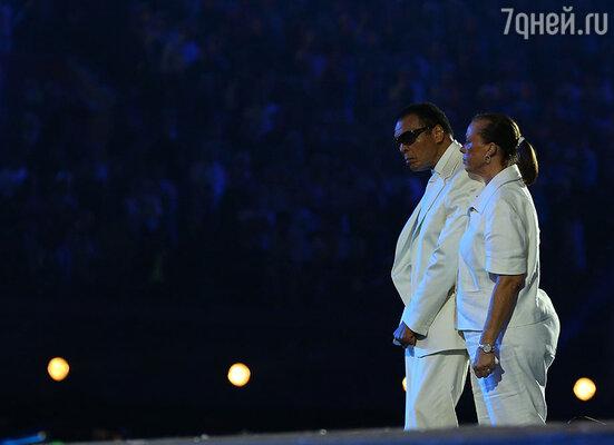 При участии легендарного боксера Мохаммеда Али был поднят Олимпийский флаг