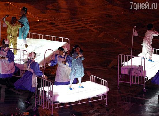 Не забыли британцы и про свое здравоохранение — в «детской» части представления на сцене танцевали не профессиональные танцоры, а настоящие фельдшеры, медсестры и доктора