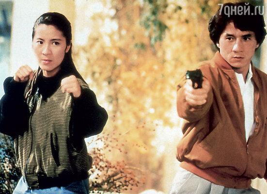 Некоторые острословы прозвали Мишель Йео «Джеки Чаном в юбке». Кадр из фильма «Суперполицейский», 1992 г.