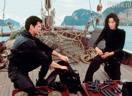 На съемках фильма о Джеймсе Бонде «Завтра не умрет никогда» актриса рвалась сама выполнять все трюки. Мишель Йео с Пирсом Броснаном, 1997 г.