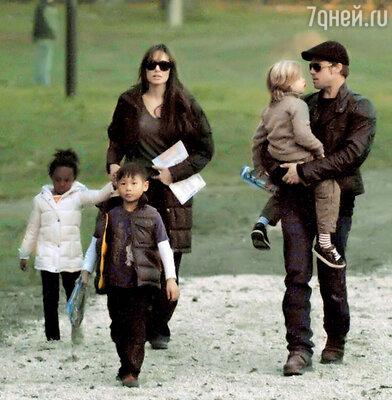 Анджелина Джоли и Брэд Питт с детьми Захарой, Паксом и Шилох