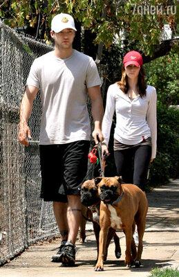 С теперь уже тоже бывшей подругой актрисой Джессикой Бил на прогулке с домашними любимцами. Лос-Анджелес, 2009 г.