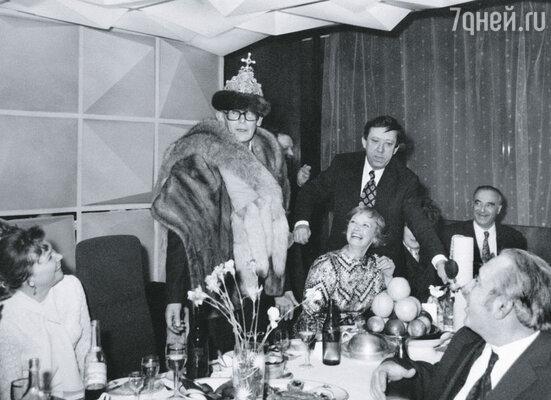 Леонид Гайдай (в центре) и Нина Гребешкова на актерской вечеринке с друзьями: Ю. Никулиным, В Этушем, М. Меньшиковой