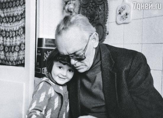 С внучкой Гайдай обожал возиться, кормил ее. Оля родилась в Малайзии, где работал зять. Леня увидел ее, когда внучке был год, и просто обалдел от счастья. Они часто играли «в больницу». Леня был как бы больной, а она ему выписывала «Ретцепт. Аспиринт»