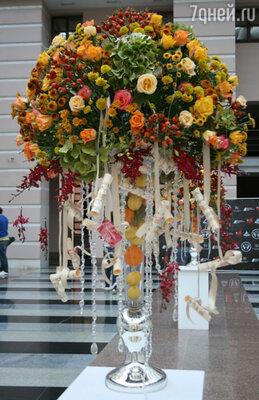 Атриум театра был украшен утонченными цветочными композициями
