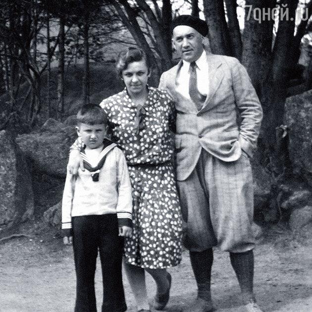 Евгений Весник с родителями