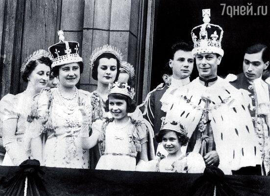 Королевская семья после коронации Георга VI. В центре — маленькая Елизавета
