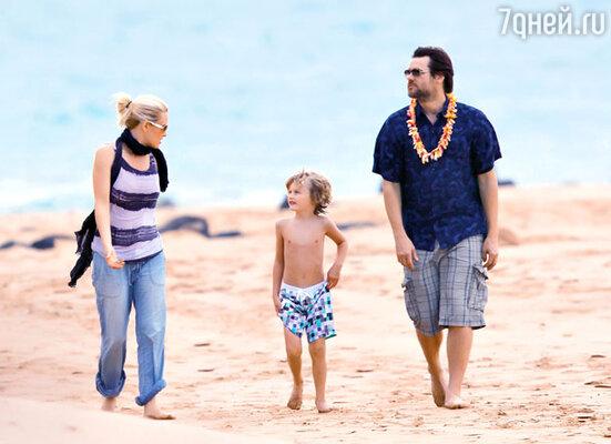 Джим Кэрри с подругой Дженни Маккарти и ее сыном Эваном