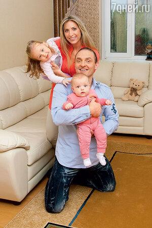 Аскольд Запашный с женой Элен и дочками Евой и Эльзой