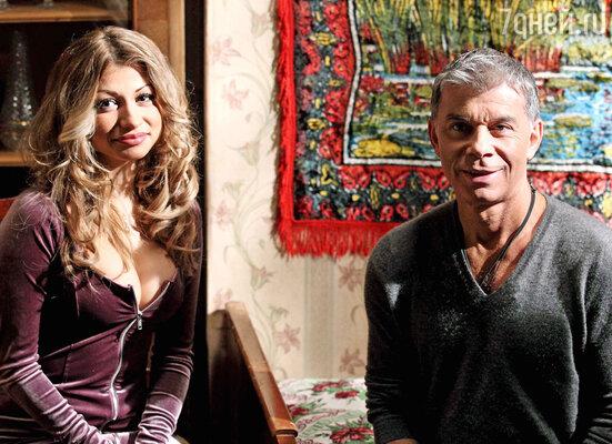 Олег Газманов и девушка с волшебной грудью на съемках программы «Люди Хэ»