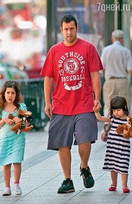 По словам Адама, дочки Сэди и Санни вьют из него веревки. Бостон, 2011 г.
