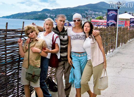 Эвелина с сыном Николаем, мамой Тамилой Николаевной, отчимом Геннадием Александровичем исестрой Майей. Ялта, июнь 2006 г.
