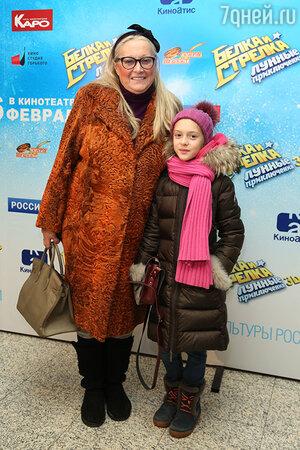 Татьяна Михалкова с внучкой  на премьере мультфильма «Белка и Стрелка: Лунные приключения»