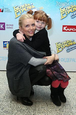 Анна Чурина с дочкой на премьере мультфильма «Белка и Стрелка: Лунные приключения»