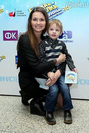 Наталия Лесниковская с сыном на премьере мультфильма «Белка и Стрелка: Лунные приключения»