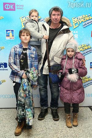 Сергей Кристовский с детьми на премьере мультфильма «Белка и Стрелка: Лунные приключения»