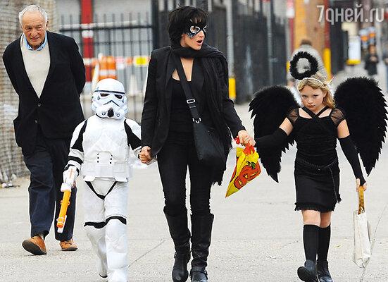 Кейт Уинслет превратила дочку Мию в темного ангела, а сына Джо Алфи — в солдата из «Звездных войн»