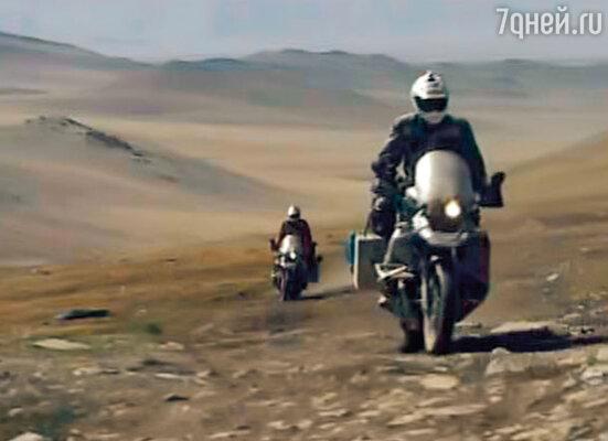 Во время своего первого путешествия на мотоциклах с другом Чарли Бурмэном в 2004 году