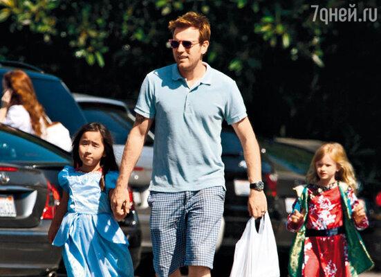 С дочками Эстер и Джемиян (актер удочерил эту девочку из приюта в Монголии в 2006 году).  Лос-Анджелес, 2008 г.