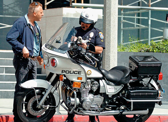 Том Сайзмор в Лос-Анджелесе получает очередной штраф за превышение скорости, 2004 г.