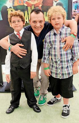 Джанель просила Тома постараться держать себя в руках хотя бы ради мальчиков: «Они тебя любят и уважают и очень боятся разочаровать». Том Сайзмор с сыновьями, 2012 г.