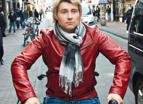 Для прогулок по Амстердаму Николай взял напрокат велосипед