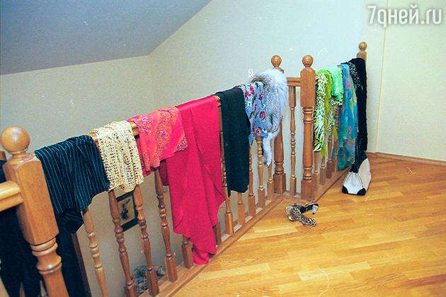 Алика страдает от отсутствия просторной гардеробной комнаты. Поэтому, каждый раз выбирая наряд для выхода в свет, развешивает свои платья на перилах лестницы