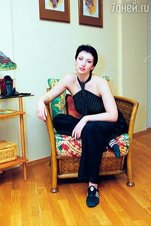 В обыденной жизни актриса отдает предпочтение спортивному молодежному стилю. В костюме и баскетах, привезенных мужем из Италии