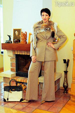 В костюме Ирины Танцуриной Смехова дебютировала на подиуме в качестве модели