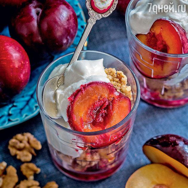 Английский десерт (Крамбл) с фруктовым соусом и сливочным кремом