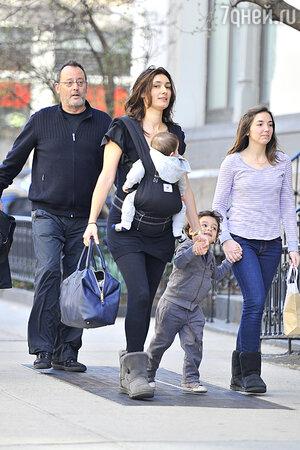Жан Рено с третьей жено Зофией Борука и детьми