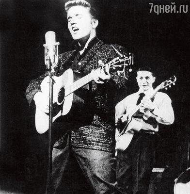 Элвис Пресли с микрофоном — «прототипом» тату Савичевой