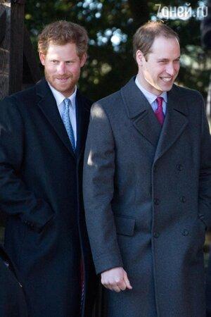Принц Гарри и Принц Уильям во время посещения рождественской церковной службы 2013