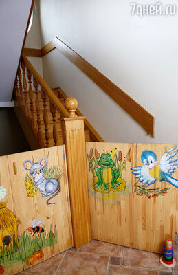 Для безопасности ребенка молодые родители установили в доме специальные ограждения