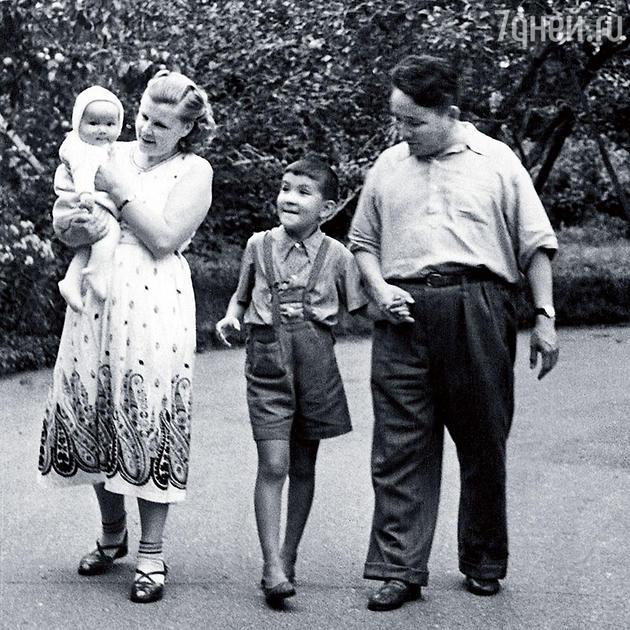 Анастасия Филатова с Южмагийном Цеденбалом и сыновьями Славиком и Зоригом.