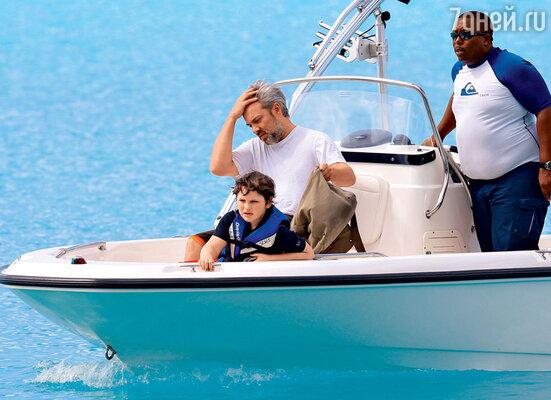 Второй муж Кейт Уинслет режиссер Сэм Мендес с их сыном Джо Алфи на Карибах