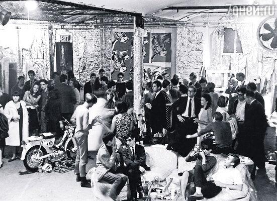 На «Фабрику», огромную студию Уорхола, приходили толпы людей. Они сидели там часами, курили, бесконечно разговаривали и пили кофе...