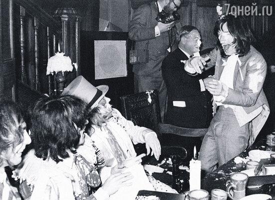 Завсегдатаем знаменитого отеля «Челси» был и Мик Джаггер (справа), заводила пьяных шумных вечеринок