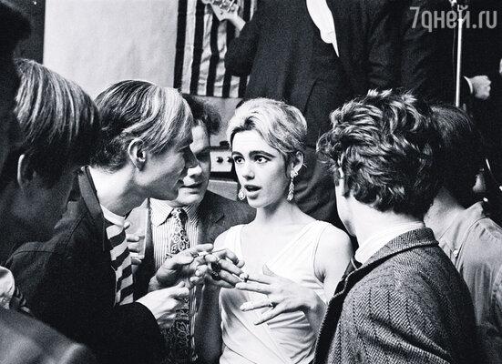 Эди Сэджвик (на фото) несколько лет была музой Уорхола, а потом ушла от него к Бобу Дилану