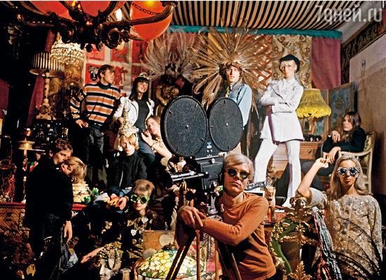 В студии Уорхола вечно толклись люди — рисовали, снимали, целовались, болтали, ругались, и все обожали Энди