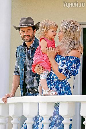Антон и Виктория Макарские с дочкой Машей